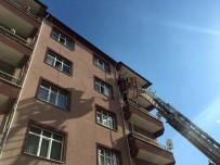 Balkon demirinde asılı kalan kızı itfaiye kurtardı!