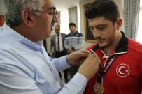 DÜNYA ŞAMPİYONU - AK Parti İl Başkanı Öz, Şampiyon Güreşçiyi Altınla Ödüllendirdi