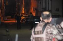 EMNIYET ŞERIDI - Sokağı Tüple Kapatarak Etrafa Ateş Açan Genç Özel Harekat Operasyonuyla Yakalandı