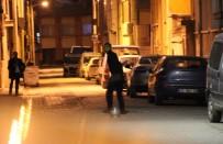 EMNIYET ŞERIDI - Sokağı Tüple Kapattı Açıklaması Etrafa Ateş Açtı