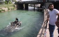 DALGIÇ POLİS - Kanala Uçan Sürücü Açıklaması 'Otomobilim Serinlemek İstedi'