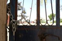 Aladağ'da 12 Kişinin Hayatını Kaybettiği Yurt Binasının Yerinde Türk Bayrağı Ve Molozlar Kaldı