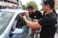 İletişim Fakültesi Öğrencileri Sürücülere Sürücülere Karanfil Ve Lokum Dağıttı