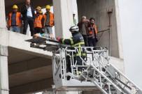 KURUÇEŞME - İnşaattan Düşerek Yaralanan İşçiye Film Gibi Kurtarma