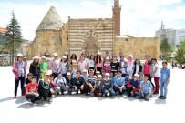 Milli Eğitim Müdürlüğü Ve Belediye Tarihi Gezdirerek Yerinde Anlattırıyor