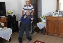 OKSIJEN - Engelli Oğluna  44 Yıldır Özenle Bakıyor