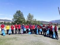 Öğrenciler Piknik Alanındaki Çöpleri Topladı