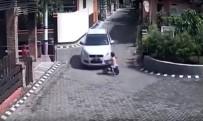 KÜÇÜK ÇOCUK - Küçük Çocuk Otomobilin Altında Kaldı