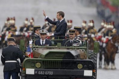 Macron halkı selamladı