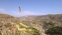 DÜNYA REKORU - 240 Metre Yükseklikte Nefes Kesen Yürüyüş