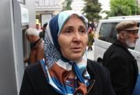 HAREKAT POLİSİ - ATM'den Para Çekmek İçin Yardım İsteyen Yaşlı Kadını Dolandırdılar