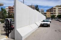 KAYYUM - Belediye Binasının Etrafı Güvenlik Duvarıyla Çevrildi