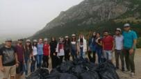 ÇEVRE TEMİZLİĞİ - Üniversitelilerden Spil'de Temizlik Çalışması