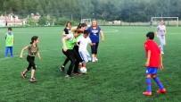 FUTBOL MAÇI - Anneler Çocuklara Karşı Oynadı