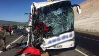 Otobüs Tıra Çarptı Açıklaması 2 Ölü, 30 Yaralı