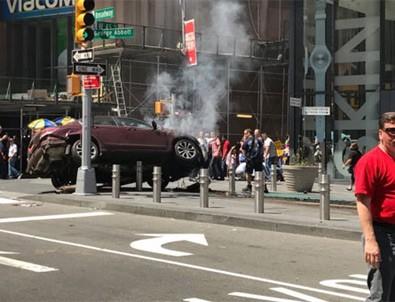 New York'ta bir araç yayaların arasına girdi!
