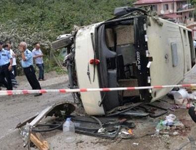 Turistleri taşıyan midibüs devrildi