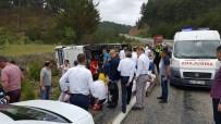 YOLCU MİDİBÜSÜ - Turistleri Taşıyan Minibüs Devrildi Açıklaması 17 Yaralı