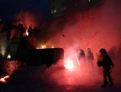 Yunanistan karıştı! Nöbetçi kulesini yaktılar
