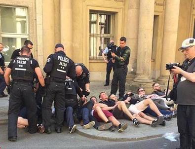 Almanya'da 50 kişiyle bakanlığa baskın girişimi: Merdivenle binaya girmeye çalıştılar