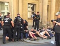 AŞIRI SAĞCI - Almanya'da 50 kişiyle bakanlığa baskın girişimi: Merdivenle binaya girmeye çalıştılar