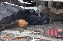 LASTİK TAMİRCİSİ - Patlayan Tekerleği Değiştirirken Arkadan Gelen Kamyonun Altında Kaldı