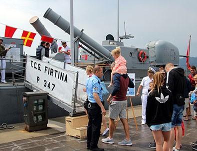 Savaş gemisine yabancı turist ilgisi