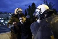 KEMER SIKMA - Yunanistan'da Binlerce Gösterici Parlamento Önünde Toplandı