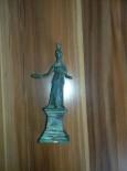 BRONZ HEYKEL - Bronz Tanrıça Heykeli İle Yurt Dışına Çıkmaya Çalışan Bir Kişi Yakalandı