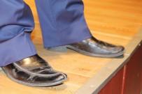GECE BEKÇİSİ - Oyuncu Yakup Yavru Sahneye İki Ayağında İki Farklı Ayakkabı İle Çıktı