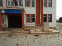 Fırtına Okul Çatısındaki Tuğlaları Uçurdu
