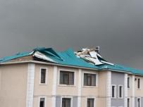 ELEKTRİK DİREĞİ - Tekman'da Hortum Çatıları Uçurdu