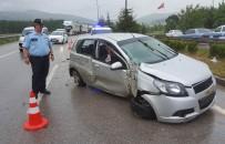 Samsun'da Otomobil Aydınlatma Direğine Çarptı Açıklaması 2 Yaralı