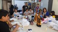 Anne Çocuk Ve Nine Torun Birlikte Bez Bebek Yapıyorlar