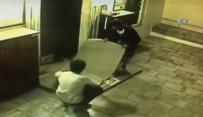NEYZEN TEVFIK - Cami Avlusundaki Halıyı Çalan Hırsızlar Kamerada
