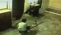 NEYZEN TEVFIK - Cami Avlusundaki Halıyı Çalan Hırsızlar Kameraya Yakalandı