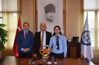 KADIN ŞOFÖR - Büyükşehir'in Başarılı Kadın Şoförü Ayın Kaptan Şoförü Seçildi