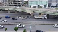 ADNAN KAHVECI - İstanbul'da Kamyon Köprüye Takıldı, Trafik Felç Oldu