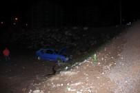ERCIYES ÜNIVERSITESI - Otomobil Bahçeye Düştü Açıklaması 3 Yaralı