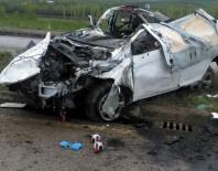ELEKTRİK DİREĞİ - Otomobil elektrik direğine çarptı: 2 ölü, 4 yaralı
