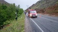 MURAT KAYA - Otomobil Uçuruma Yuvarlandı Açıklaması 5 Yaralı
