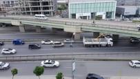 ADNAN KAHVECI - İş Makinesi Taşıyan Kamyon Köprüye Takıldı