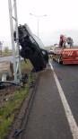 Takla Atan Otomobil Direğe Çıktı Açıklaması 2 Yaralı