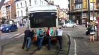 YOLCU OTOBÜSÜ - Brüksel'de Arızalanan Yolcu Otobüsünü Vatandaşlar İtti