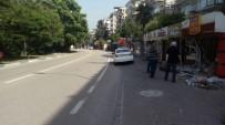 Direksiyon Hakimiyetini Kaybeden Sürücü İki Dükkana Daldı, 3 Kişi Yaralandı
