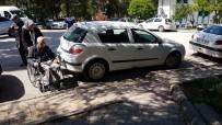 TEKERLEKLİ SANDALYE - Duyarsızca Araç Parkı, Tekerlekli Sandalye İle Evine Gitmek İsteyen Vatandaşı Çileden Çıkardı