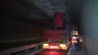 HEREKE - İş Makinesi Taşıyan Tır Köprüye Takıldı