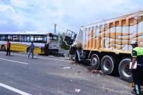 YOLCU OTOBÜSÜ - Kamyon Yolcu Otobüsüne Çarptı Açıklaması 4 Yaralı