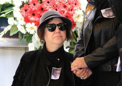 Nazan Öncel eşinin cenazesinde saf tuttu
