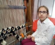 REHABİLİTASYON MERKEZİ - Görme Engelli Genç Kız, Hissederek Kilim Dokuyor
